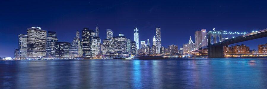 Manhattan skyline fra Brooklyn på kvelden II av Peder Aaserud Eikeland