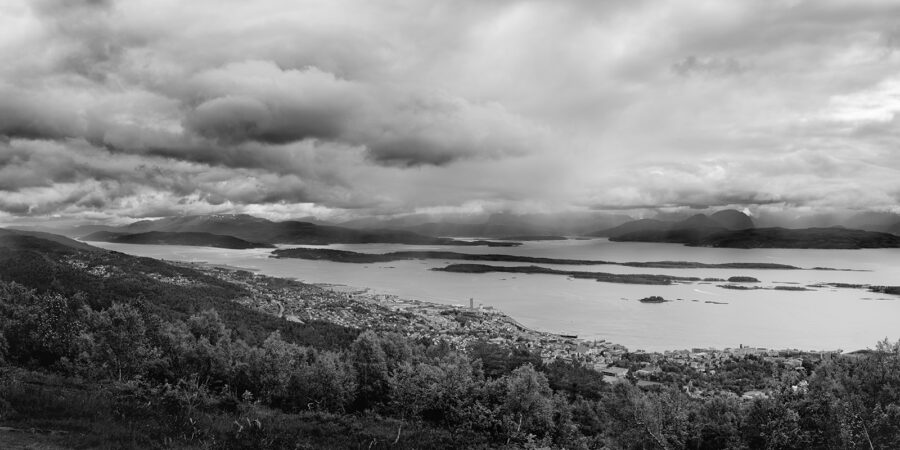 Molde by panorama sort-hvitt av Peder Aaserud Eikeland