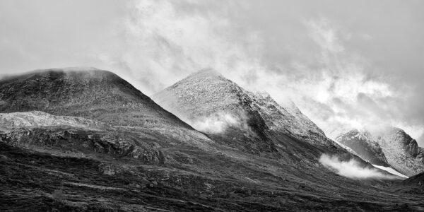 Store Skagastølstind i skyene Sort-hvitt, fotokunst veggbilde / plakat av Peder Aaserud Eikeland