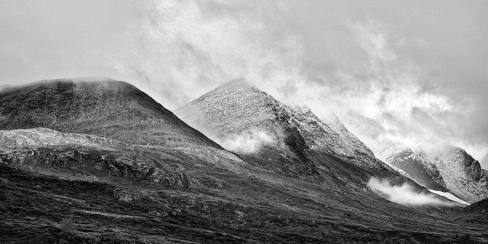 Store Skagastølstind i skyene Sort-hvitt av Peder Aaserud Eikeland