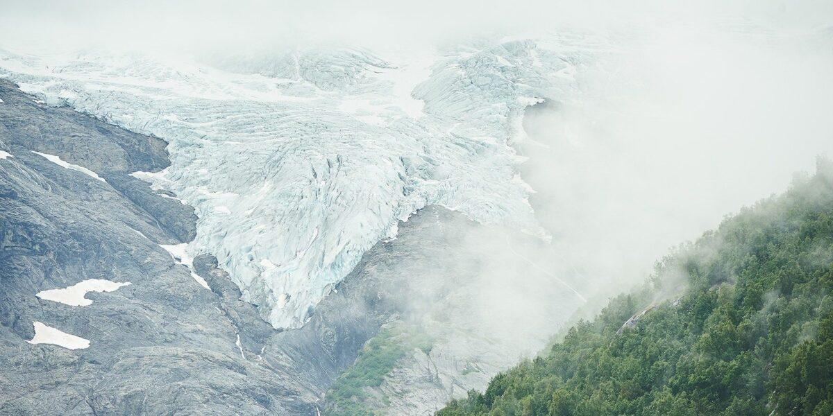 Austerdalsbreen tåke av Peder Aaserud Eikeland
