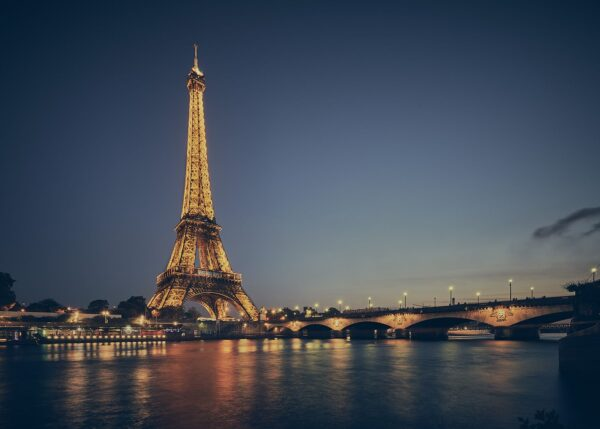 Eiffeltårnet lyser opp ved Seinen av Peder Aaserud Eikeland