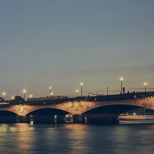 Eiffeltårnet lyser opp ved Seinen, fotokunst veggbilde / plakat av Peder Aaserud Eikeland