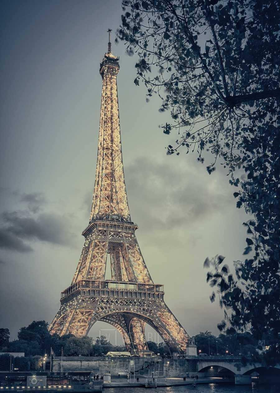 Eiffeltårnet lysshow glitrer i blåtimen av Peder Aaserud Eikeland