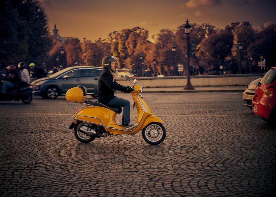 På scooter i Paris av Peder Aaserud Eikeland