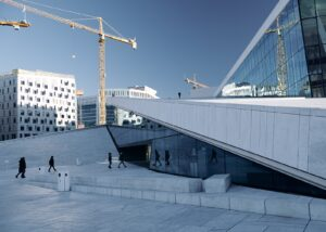 Trikkeskinnene slynger seg opp mot Oslo Domkirke, fotokunst veggbilde / plakat av Tor Arne Hotvedt