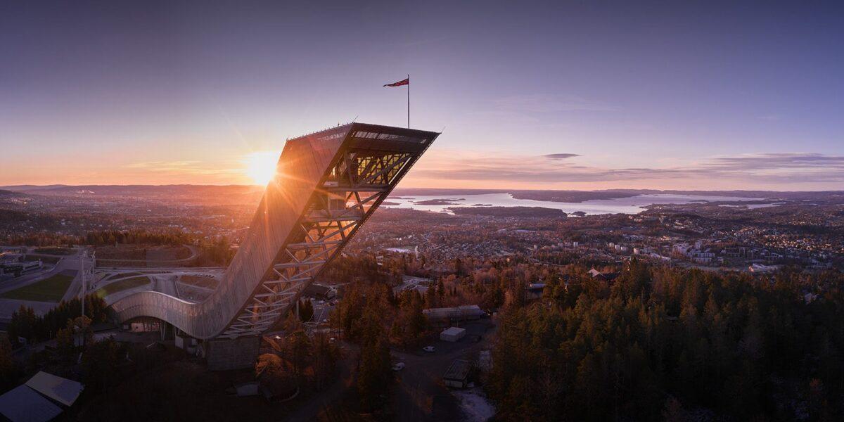 Holmenkollen hoppbakke med Oslo i bakgrunnen, fotokunst veggbilde / plakat av Peder Aaserud Eikeland