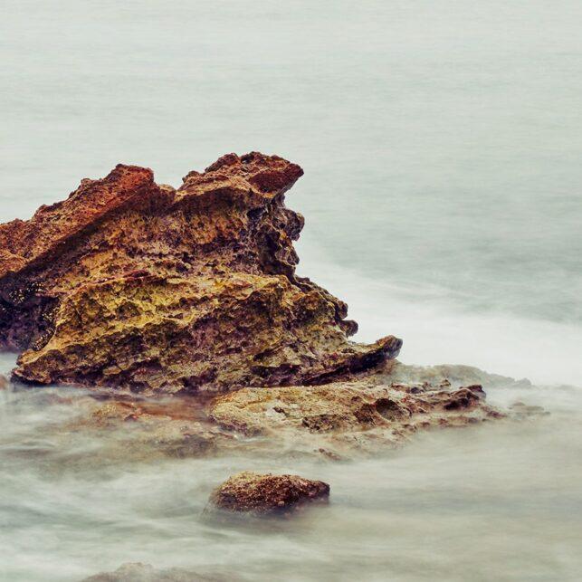 Sløret vann over steinene, fotokunst veggbilde / plakat av Peder Aaserud Eikeland