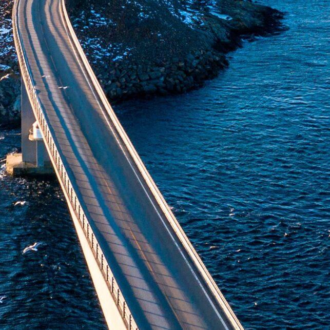 Atlanterhavsveien i fint vær., fotokunst veggbilde / plakat av Sindre Krane Olsen