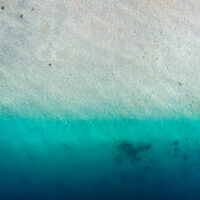 En strand dekket av flo sjø., fotokunst veggbilde / plakat av Sindre Krane Olsen