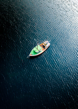 En båt forankret i stille sjø., fotokunst veggbilde / plakat av Sindre Krane Olsen