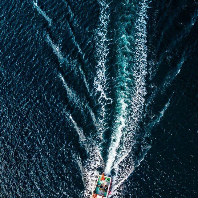 Fiskebåt på utfart, fotokunst veggbilde / plakat av Sindre Krane Olsen