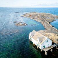 En gammel fiskebrygge ved åpent hav., fotokunst veggbilde / plakat av Sindre Krane Olsen