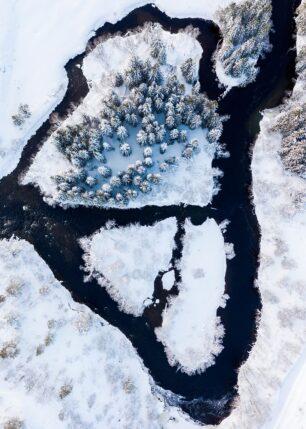 Et elvestryk på vinterstid, fotokunst veggbilde / plakat av Sindre Krane Olsen