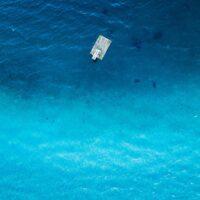 En flytebrygge med stupebrett over blått hav, fotokunst veggbilde / plakat av Sindre Krane Olsen