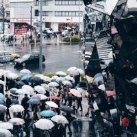 Speil som reflekterer folkemengde med paraplyer, fotokunst veggbilde / plakat av Tor Arne Hotvedt