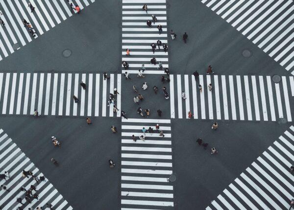Gangfelt formet som en X med mennesker går over, fotokunst veggbilde / plakat av Tor Arne Hotvedt