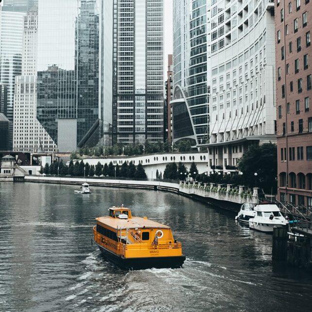 Båt på elven i Chicago, fotokunst veggbilde / plakat av Tor Arne Hotvedt