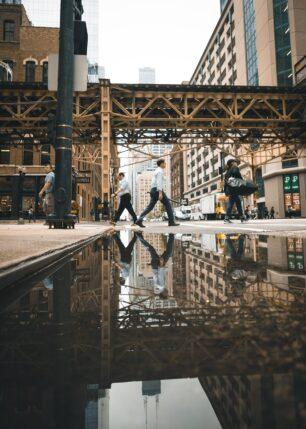 Refleksjoner gatelangs av Tor Arne Hotvedt