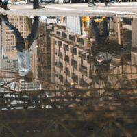 Speilbilde av personer som går over et fotgjengerovergang i Chicago, fotokunst veggbilde / plakat av Tor Arne Hotvedt