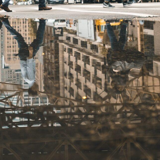 Refleksjoner gatelangs, fotokunst veggbilde / plakat av Tor Arne Hotvedt