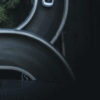 En bil som kjører i sirkel på vei opp til en parkeringsgarasje, fotokunst veggbilde / plakat av Tor Arne Hotvedt