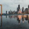 Panorama av skyskrapere i Chicago som speiler seg i vannet, fotokunst veggbilde / plakat av Tor Arne Hotvedt