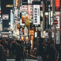 Gatefoto i Japan med lysende skilt, fotokunst veggbilde / plakat av Tor Arne Hotvedt