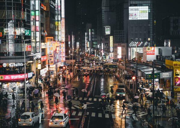 Neon i Japan IV av Tor Arne Hotvedt