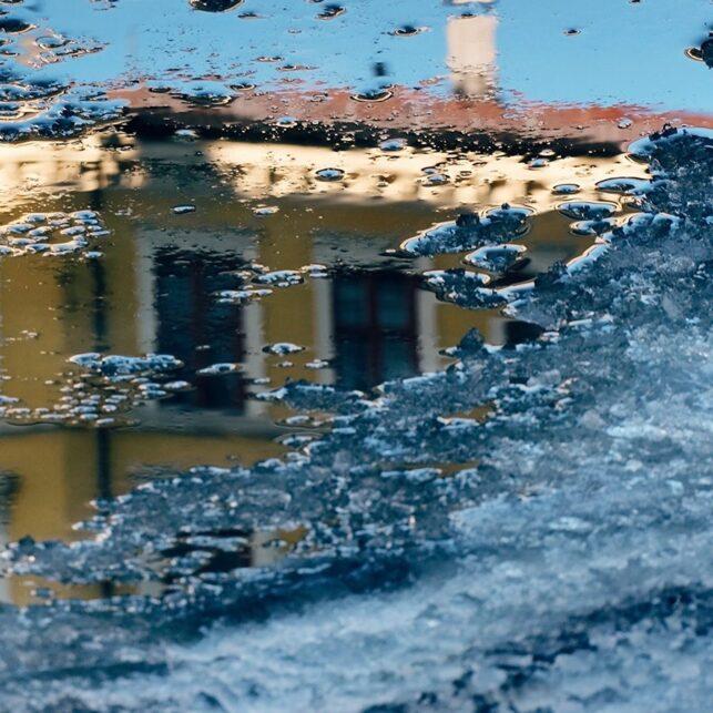 Gul bygning i vannpytt, fotokunst veggbilde / plakat av Tor Arne Hotvedt