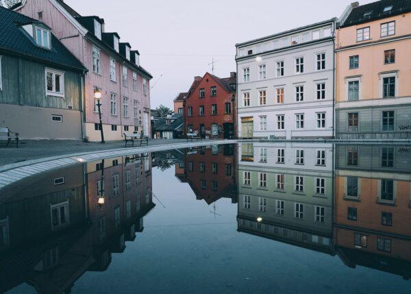 Damstredet i Oslo speilet i vann, fotokunst veggbilde / plakat av Tor Arne Hotvedt