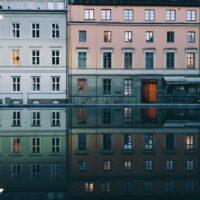 Damstredets bygninger som reflekteres i vannet, fotokunst veggbilde / plakat av Tor Arne Hotvedt