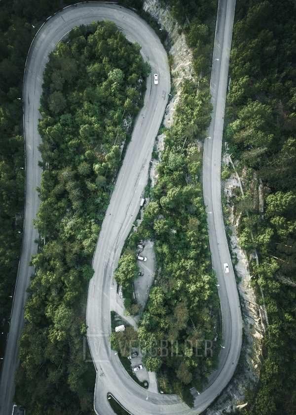 Veien slynger seg av Tor Arne Hotvedt
