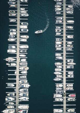 Båter som ligger i havna på Sjølyst og en båt som kjører inn, fotokunst veggbilde / plakat av Tor Arne Hotvedt