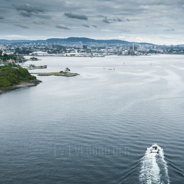 Dronebilde av en båt som er på vei inn mot Oslo, fotokunst veggbilde / plakat av Tor Arne Hotvedt