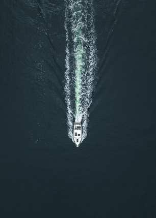 Dronebilde ovenfra av båt med bølger bak, fotokunst veggbilde / plakat av Tor Arne Hotvedt