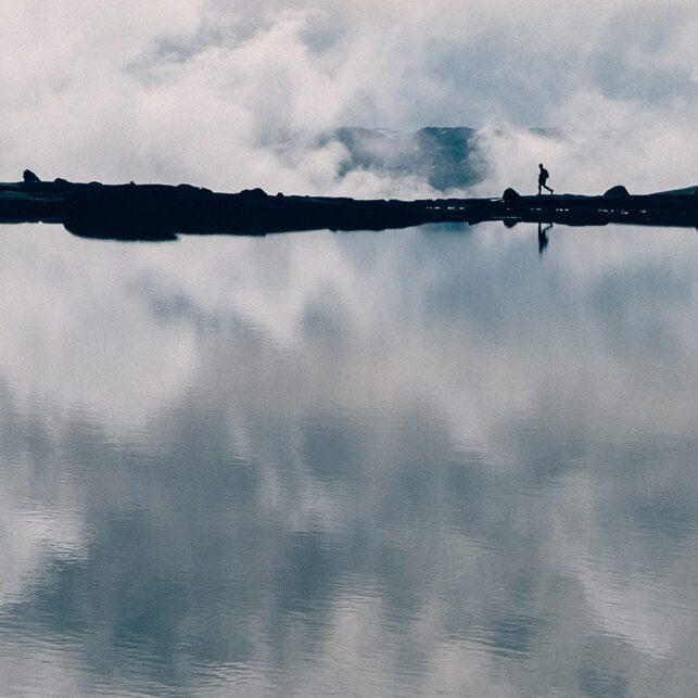 Skyer som speiler seg i vann, fotokunst veggbilde / plakat av Tor Arne Hotvedt