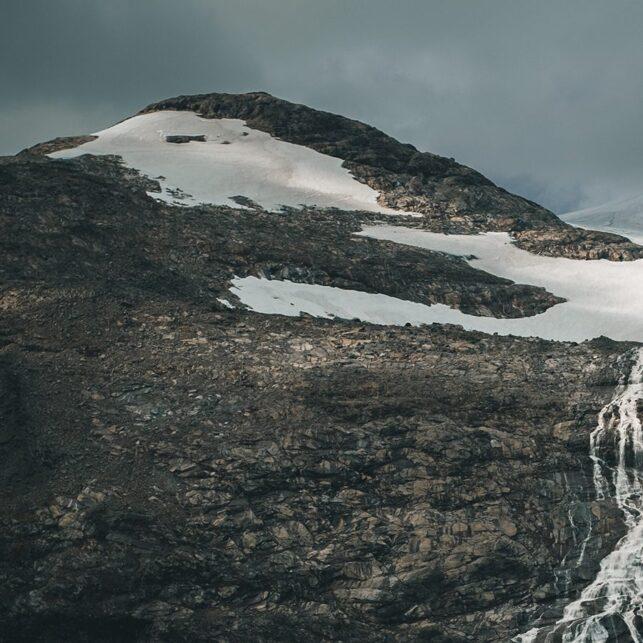 En smeltende isbre på et fjell i Jotunheimen, fotokunst veggbilde / plakat av Tor Arne Hotvedt