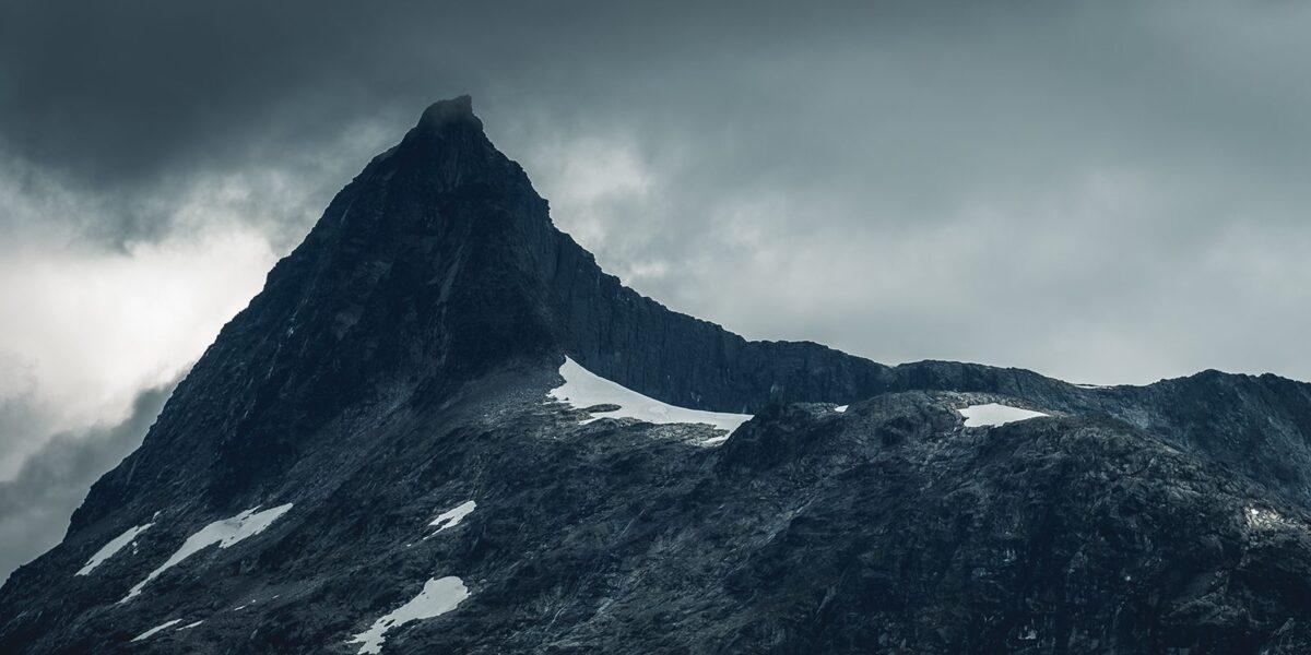 Falketind på en dag med mørke skyer, fotokunst veggbilde / plakat av Tor Arne Hotvedt