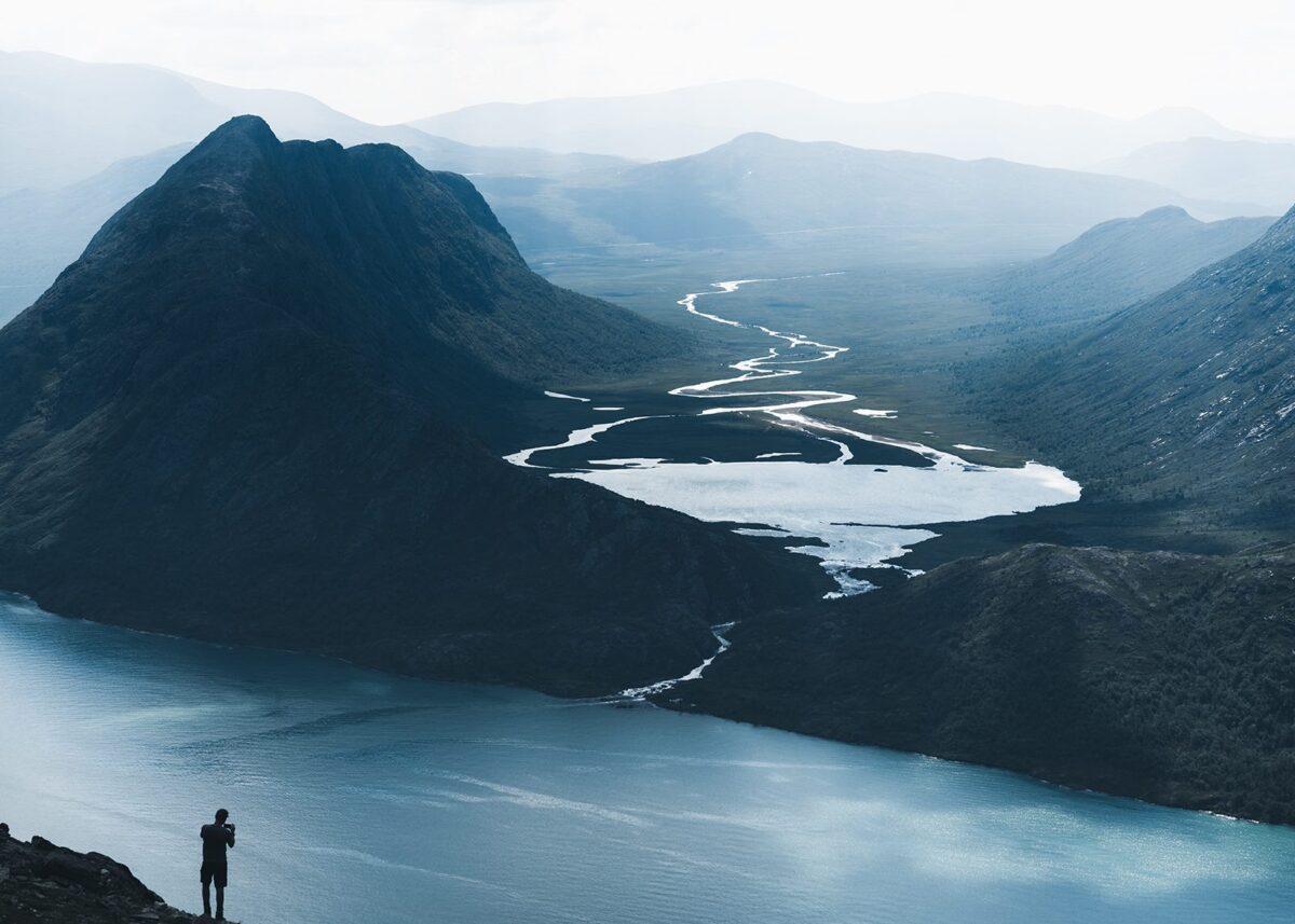 En person foreviger Knutshøe og Leirungsdalen fra Besseggen, fotokunst veggbilde / plakat av Tor Arne Hotvedt