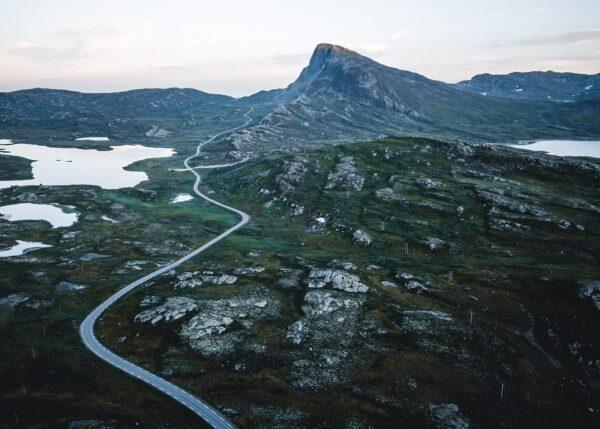 Dronebilde av veien langs Bitihorn, fotokunst veggbilde / plakat av Tor Arne Hotvedt