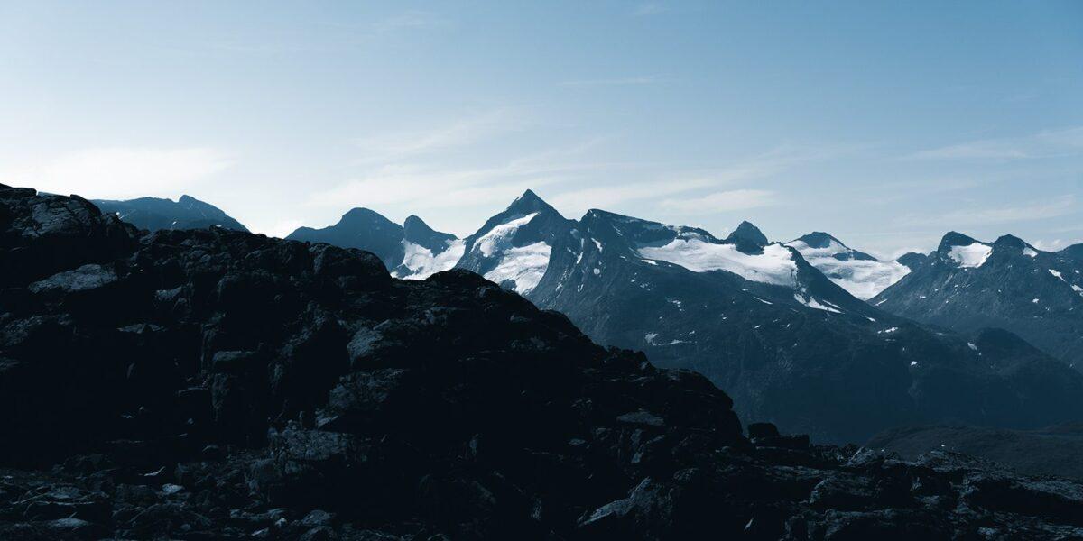 Utsikt over høye fjell i Jotunheimen, fotokunst veggbilde / plakat av Tor Arne Hotvedt