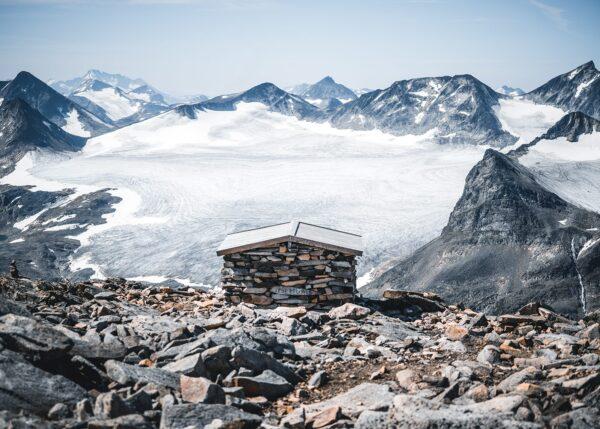 Steinbu med utsikt over Jotunheimen, fotokunst veggbilde / plakat av Tor Arne Hotvedt