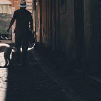 Smal gate i Roma med en hund i bånd, fotokunst veggbilde / plakat av Tor Arne Hotvedt