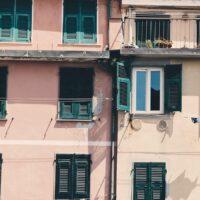 Fasade i Riomaggiore med klesvask, fotokunst veggbilde / plakat av Tor Arne Hotvedt