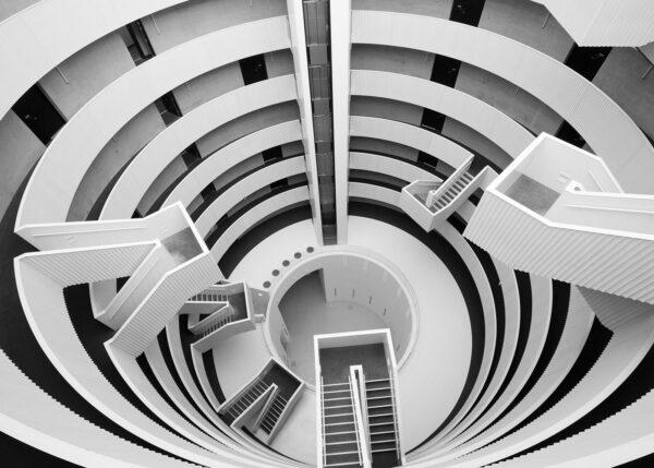 Hvite og svarte spiraltrapper i en bygning, fotokunst veggbilde / plakat av Tor Arne Hotvedt