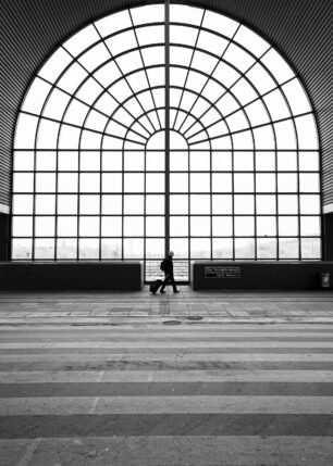 Et stort glassvindu på en togstasjon i København, fotokunst veggbilde / plakat av Tor Arne Hotvedt