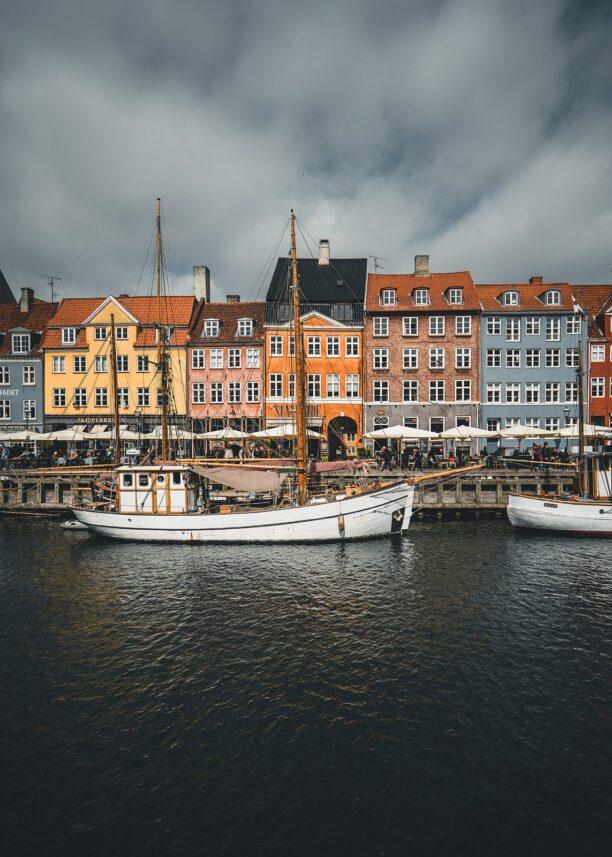 Brygga i Nyhavn i København, med seilbåter, fotokunst veggbilde / plakat av Tor Arne Hotvedt
