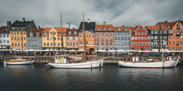 Brygga i Nyhavn i København, med seilbåter. Av Tor Arne Hotvedt