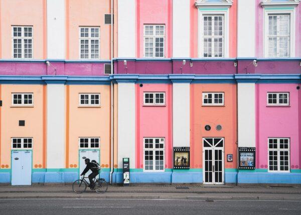 Fargerik fasade og syklist. Av Tor Arne Hotvedt